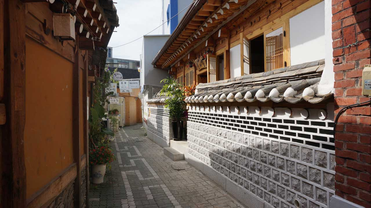 An empty alleyway with ancient, eclectic architecture in Seoul